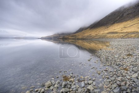 Photo pour Fjord en Islande, wather orageux, grand angle - image libre de droit