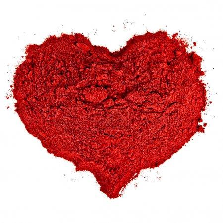 Photo pour Forme de coeur faite de sable rouge. isolé sur fond blanc. - image libre de droit