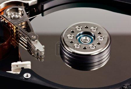 Foto de Un cierre para arriba de una unidad de disco duro de computadora abierta - Imagen libre de derechos