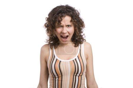 Photo pour Une fille criant d'une expression folle. Femme folle très frustrée et en colère. Jeune femme en colère. Stress et frustration. Isolé sur fond blanc . - image libre de droit