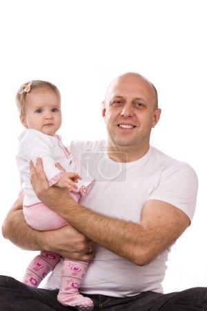 Photo pour Bonne famille. Père et petite fille sont assis par terre. homme et bébé est câlin sur fond blanc . - image libre de droit