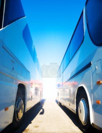 Photo pour Deux autocars de tourisme. vue grand angle. - image libre de droit