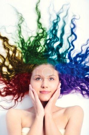 Photo pour Jeune femme aux longs cheveux bouclés. Cheveux colorés arc-en-ciel . - image libre de droit