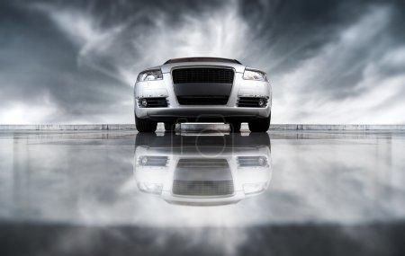 Photo pour Vue avant de la voiture moderne. Sur fond de ciel et avec réflexion . - image libre de droit