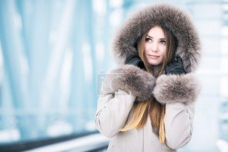 Photo pour Portrait de jeune femme hiver. sur fond abstrait tech. - image libre de droit