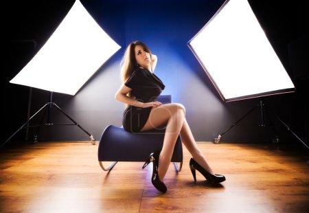 Photo pour Modèle de mode au studio. vue grand angle. - image libre de droit