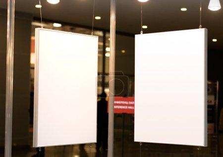 Photo pour Deux cadres vides en exposition. Bon pour certains textes ou images . - image libre de droit