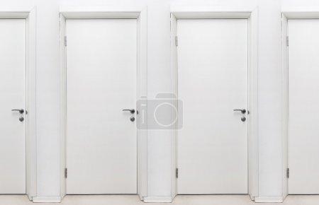 Photo pour Portes sans fin. blancs portes closes. photo peut être bouclé simplement. - image libre de droit