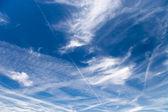 Modrá obloha s obláčků