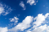 Modrá obloha s nadýchanými mraky