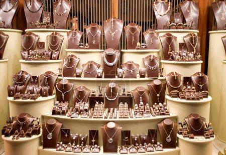 Photo pour Vitrine avec beaucoup de bijoux - image libre de droit