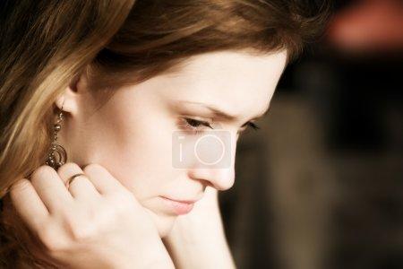 Photo pour Portrait de femme réfléchi et triste . - image libre de droit
