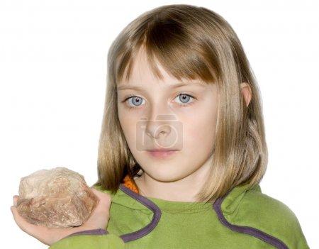 Photo pour Fille avec une pierre - image libre de droit