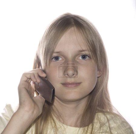 Photo pour Jeune belle fille parler par téléphone portable - image libre de droit