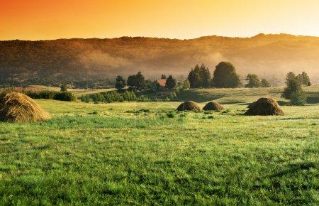 strahlender Sonnenaufgang im Dorf