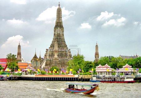 Photo pour Bouddhiste temple wat arun, le long du fleuve chao phraya à bangkok, Thaïlande - image libre de droit