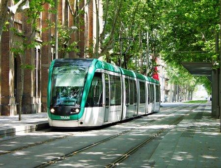 Photo pour Tram moderne à Barcelone, Espagne - image libre de droit