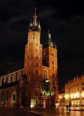 Photo pour Basilique Sainte-Marie la nuit, Cracovie, Pologne - image libre de droit