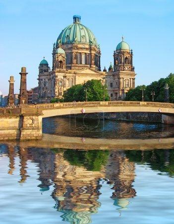 Photo pour Cathédrale de Berlin (berliner dom) reflète dans la rivière spree, Allemagne - image libre de droit