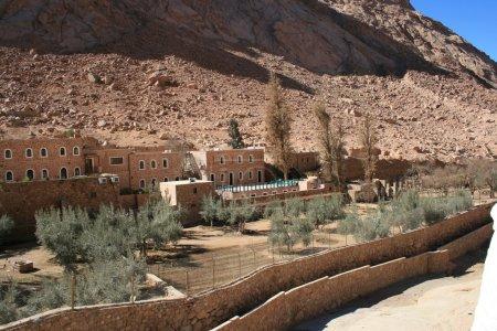 Photo pour Le monastère grec orthodoxe de Sainte Catherine au pied du mont Sinaï (2285 m) sur la péninsule du Sinaï, Egypte . - image libre de droit