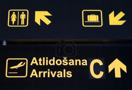 Photo pour Un panneau noir avec de petites images rondes jaunes pour donner et montrer la direction à l'aéroport à l'intérieur - image libre de droit