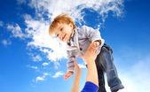 enfant volant sur ciel