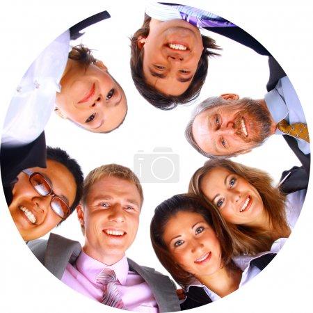 Photo pour Groupe de standing affaires huddle, souriant, faible angle de vue - image libre de droit