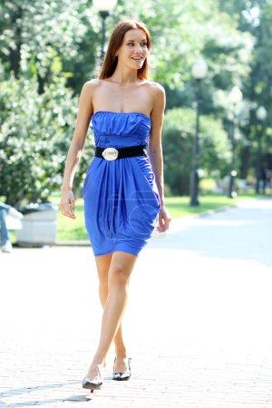 Photo pour Jeune fille belle promenades en plein air - image libre de droit