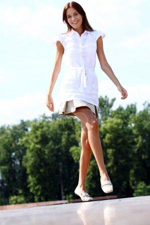Photo pour Jeune belle fille marche en plein air - image libre de droit