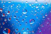 Barevné kapky vody