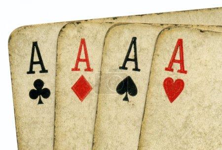 Photo pour Gros plan de 4 cartes de poker aces sale vintage ancienne. - image libre de droit