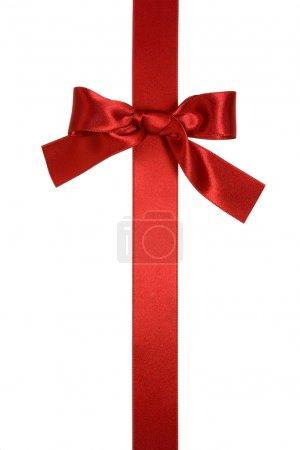 Photo pour Ruban vertical rouge avec noeud isolé sur blanc - image libre de droit