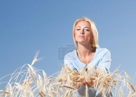Photo pour Genre, jeune fille vous donne des oreilles, ressemble à une caméra. propre bleu ciel. - image libre de droit