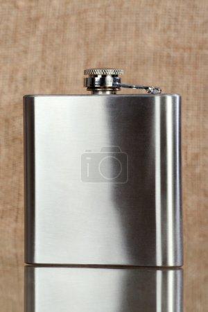 Photo pour Petite fiole métallique pour transporter de l'alcool - image libre de droit