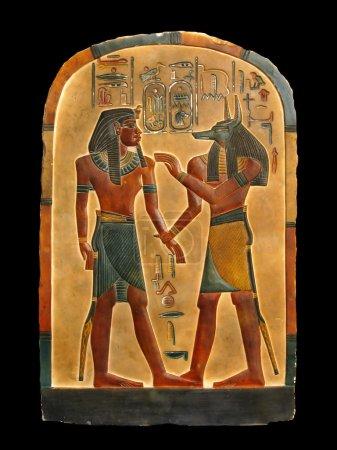 Photo pour Pharaon et le Dieu de l'embaumement anubis dans le Royaume des morts. palette égyptienne. - image libre de droit