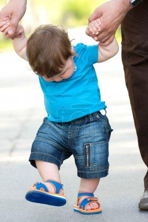 Photo pour Portrait de tout-petit faisant ses premiers pas - image libre de droit
