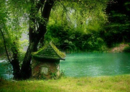 Photo pour Belle vue sur la petite maison près du lac - image libre de droit