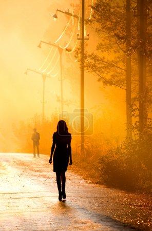 Photo pour Couple silhouette debout ensemble dans la lumière du soleil - image libre de droit