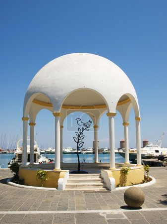 Photo pour Pavillon de remblai du port de Mandraki avec arbre de fer décoratif et oiseau à l'intérieur. Rhodes, Grèce . - image libre de droit