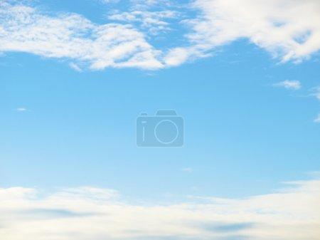 Photo pour Ciel bleu encadré entre nuages fond - image libre de droit