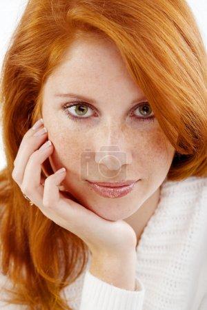 Photo pour Photo de belle femme avec les cheveux roux et la peau taches de rousseur sur son visage - image libre de droit