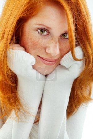 Photo pour Belle rousse portant le chandail de laine blanche - image libre de droit