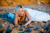 Nevěsta na písku při západu slunce