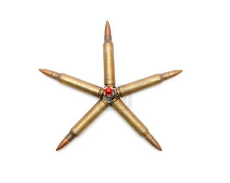 Photo pour Étoile à cinq branches en cartouches de fusil d'assaut M16 de 5,56mm isolées - image libre de droit
