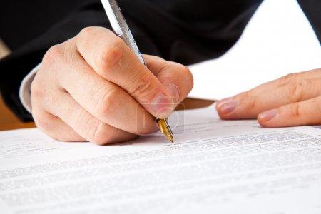 Photo pour Gros plan sur une main d'homme d'affaires signature d'un contrat. isolé sur fond blanc - image libre de droit