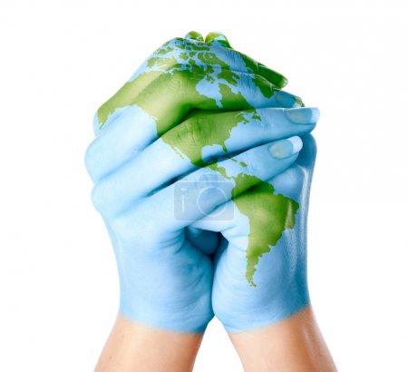 Photo pour Carte du monde peint sur les mains. Isolé sur fond blanc - image libre de droit