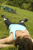 žena odpočívat na trávě
