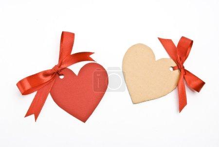 Photo pour Arcs avec étiquettes en carton coeur sur blanc - image libre de droit