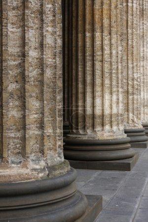 Photo pour Ligne de bases de colonne de marbre classique - image libre de droit
