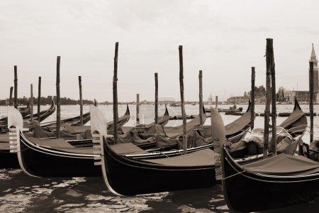 Photo pour Vintage sépia paysage urbain tonique de Venise avec gondoles - image libre de droit